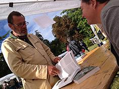 George Oxley dédicace le manifeste Gourmand au paysagiste Lousi Benech